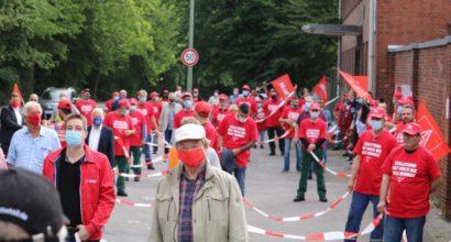 Menschenkette vor Geldbach